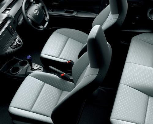 アクアLのシートカラーはナチュラルグレーでシート表皮はファブリックを使用