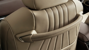 新型クラウンの専用フロントシート&シートアシストグリップ