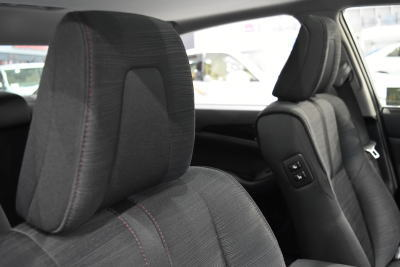 クラウンスリートブラックファブリックシートのシートヘッドレスト部分