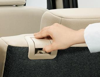 肩口にリクライニングレバーがあるので簡単にシートを倒せる