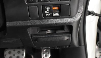 ヴォクシーの運転席ロアボックス&カードホルダー