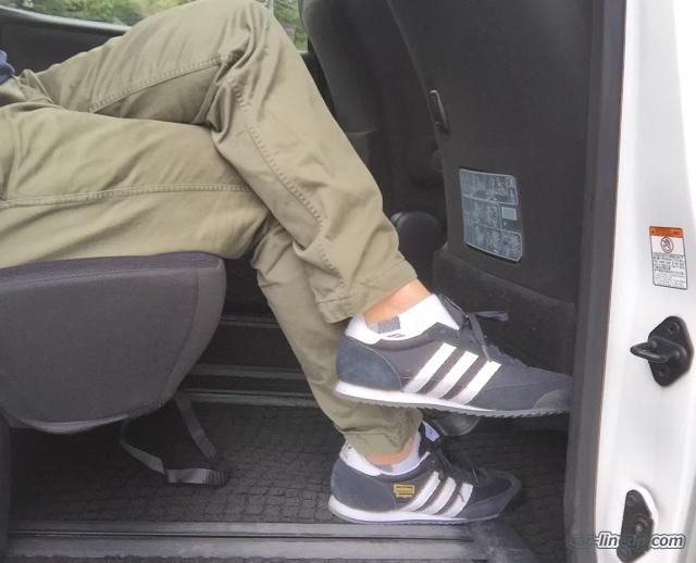 身長174㎝の管理人でも足を組んで座る事ができます。