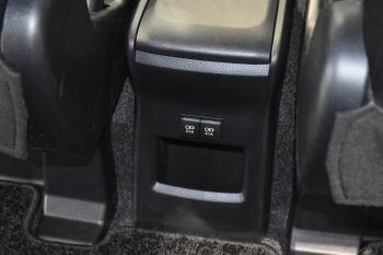 ヴォクシーの充電用USB端子2個を備えたコンソールボックス