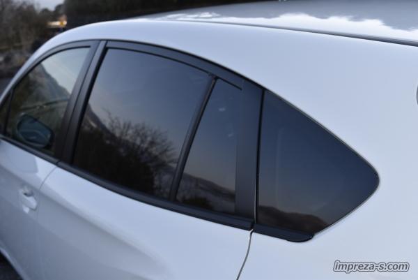 UVカット機能付きのリアプライバシーガラス