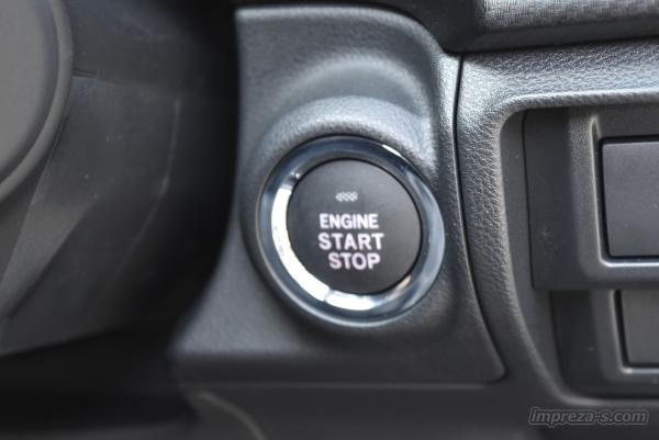 エンジンスタートはプッシュ式のスターターボタン