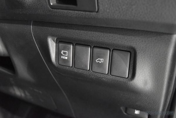 ハリアーのスイッチ類(パノラミックビュー投射ボタン(左)とパワーバックボタン(右))