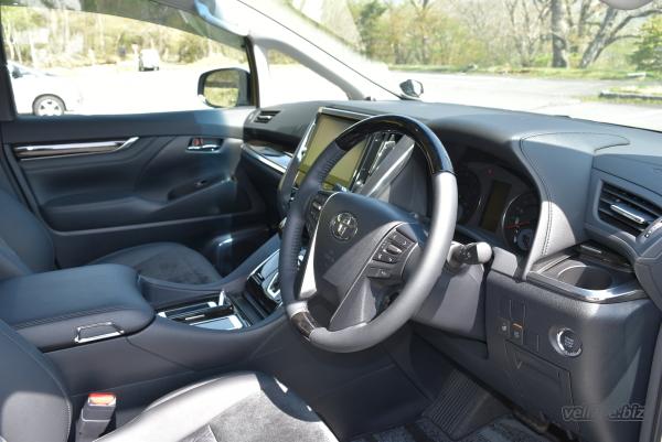 ヴェルファイアの運転席側の内装