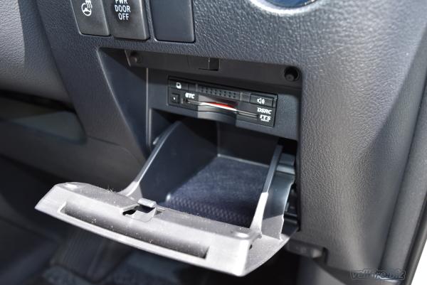 ヴェルファイアの運転席側のエンジンスタートボタンの下にある、小物入れ