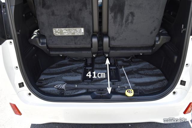 ヴェルファイアの標準位置の荷室スペース