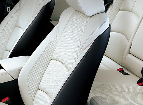 シート表面はピュアホワイト、シートバック・シートサイドはブラック