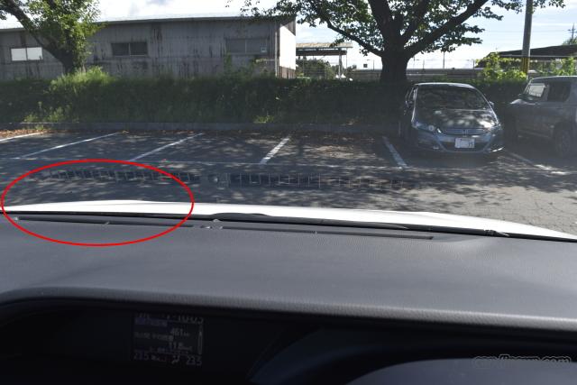 ボンネットの赤丸の部分が盛り上がっているので、運転席から良い目印となります。