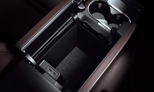 セカンドシートコンソール(XD Lパッケージに標準装備)