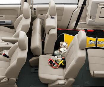 デリカD5、8人乗りのベンチシート