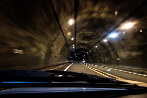 高速を走るデミオ