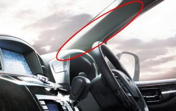 太く傾斜のついたAピラーが視界の妨げになることも。