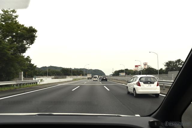 高速道路を走るエスクァイアハイブリッド