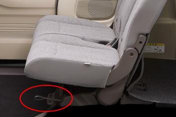 NBOXの後席スライドレバーはストラップタイプになっている