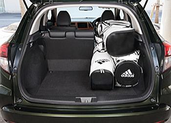 ヴェゼルの荷室には後席の片側を畳んでも3個積めます