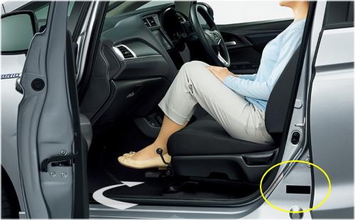 シャトルのコーションプレートは助手席のドアを開けた右足元のセンターピラーに貼付されている