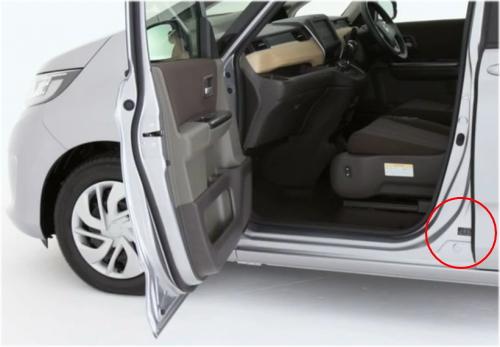 フリードのコーションプレートは、助手席のドアを開けた右足元に貼付されている