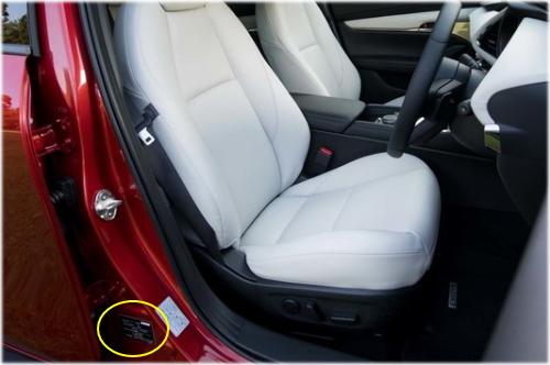 マツダ3のコーションプレートは運転席側のセンターピラーに貼付されている