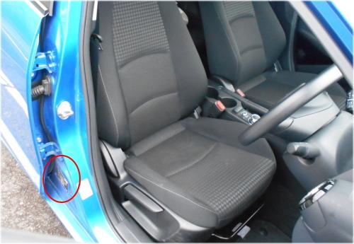 マツダ2のコーションプレートは、運転席のドアを開けた左足元のセンターピラーに貼付されている