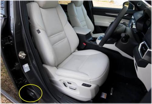 CX-8のコーションプレートは、運転席側のセンターピラーに貼付されている