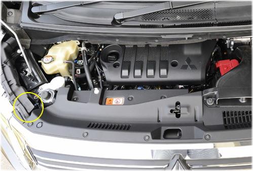 デリカD5のコーションプレートはエンジンルームの左手前に貼付されています。