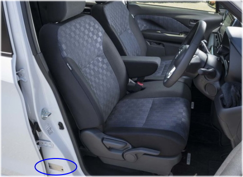 デイズのコーションプレートは、運転席のドアを開けた左足元に貼付されています。