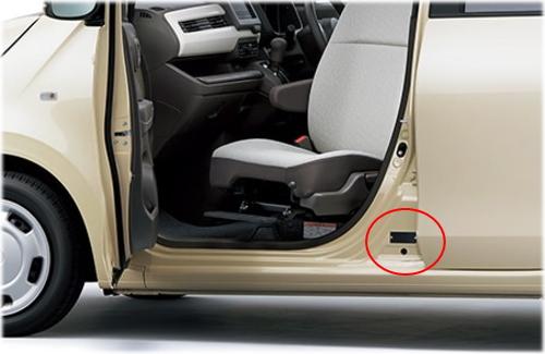 N-WGNのコーションプレートは、助手席側のドアを開けた右足元のセンターピラーに貼付されている