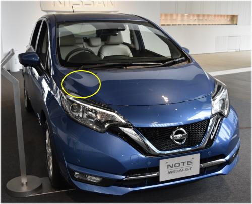 ノートのコーションプレートは、エンジンルームの左中央部に貼付されている