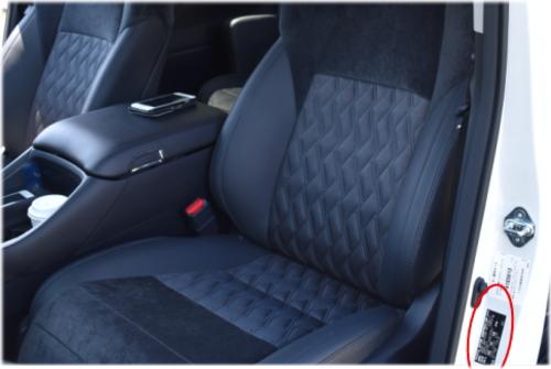 ヴェルファイアのコーションプレートは、助手席のドアを開けたセンターピラーに貼付されている