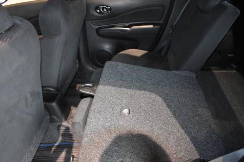 ノートの後部座席は6:4の可倒シート片側を倒した状態