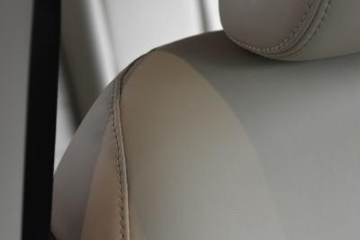 ノートのプレミアムホワイトインテリアのシート表皮(ショルダー部分)