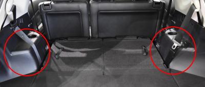 プリウスαの荷室に荷物を載せる際、タイヤハウスの張り出しが気になる。