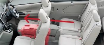 マルチセンターシートは前席への移動も可能。