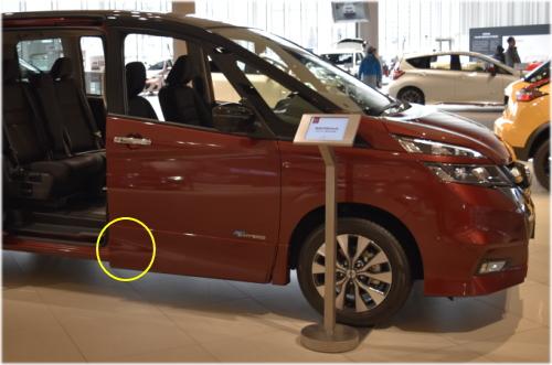 セレナのコーションプレートは、運転席のドアを開けた左足元(黄色い丸の部分)に貼付されている