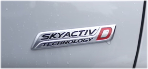 スカイアクティブのロゴ。右にDとあるので、この車両はディーゼル車である。
